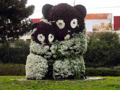 Животный мир из цветов украшает улицы города